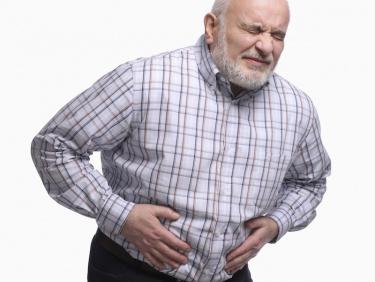 Снимка на възрастен човек държащ се за корема